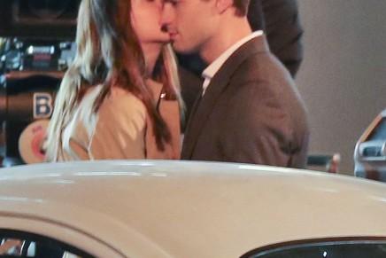 VÍDEO del primer beso en la escena de despedida de Christian y Anastasia