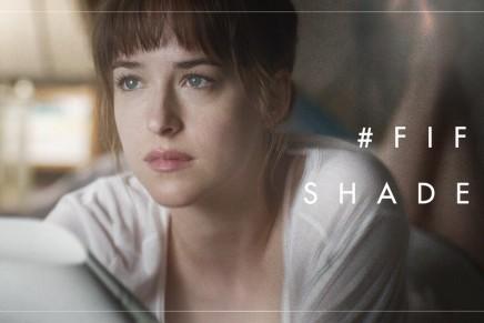 Nuevo still oficial película 50 Sombras: Anastasia leyendo el contrato