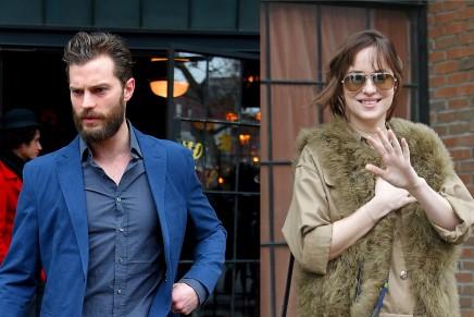 Jamie y Dakota saliendo de su hotel en Nueva York