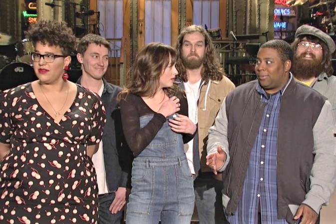 Dakota Johnson junto con Alabama Shakes en SNL