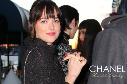 Dakota Johnson en la Yacht Party de Chanel