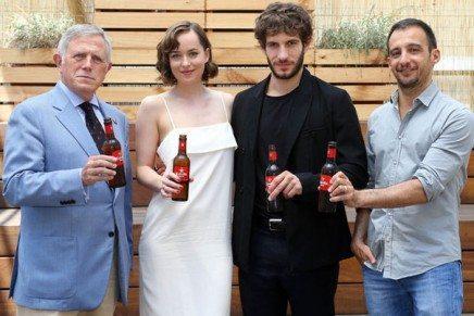 Dakota Johnson celebra en Barcelona el éxito del corto de Estrella Damm «Vale»